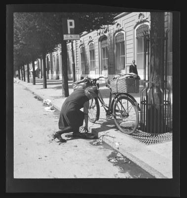 Nach dem Markt: Suche nach Abfällen, 1942. N Eugen Thierstein 269/44