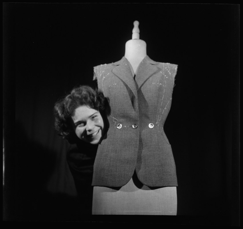 Damenschneiderin-Lehrtochter Mosimann in der Firma Bachmann, Bern, 5. April 1951. N Eugen Thierstein 321/251. Vergrösserte Ansicht