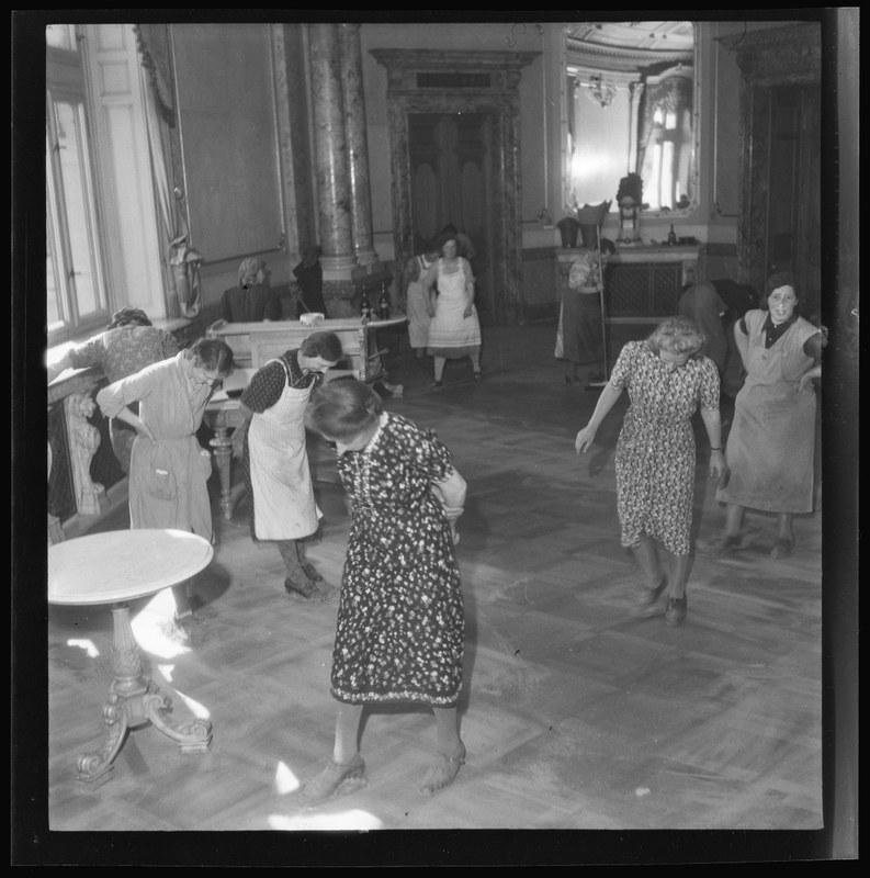 Boden polieren während der Frühjahrsreinigung im Bundeshaus, 24. Mai 1944. N Eugen Thierstein. Vergrösserte Ansicht