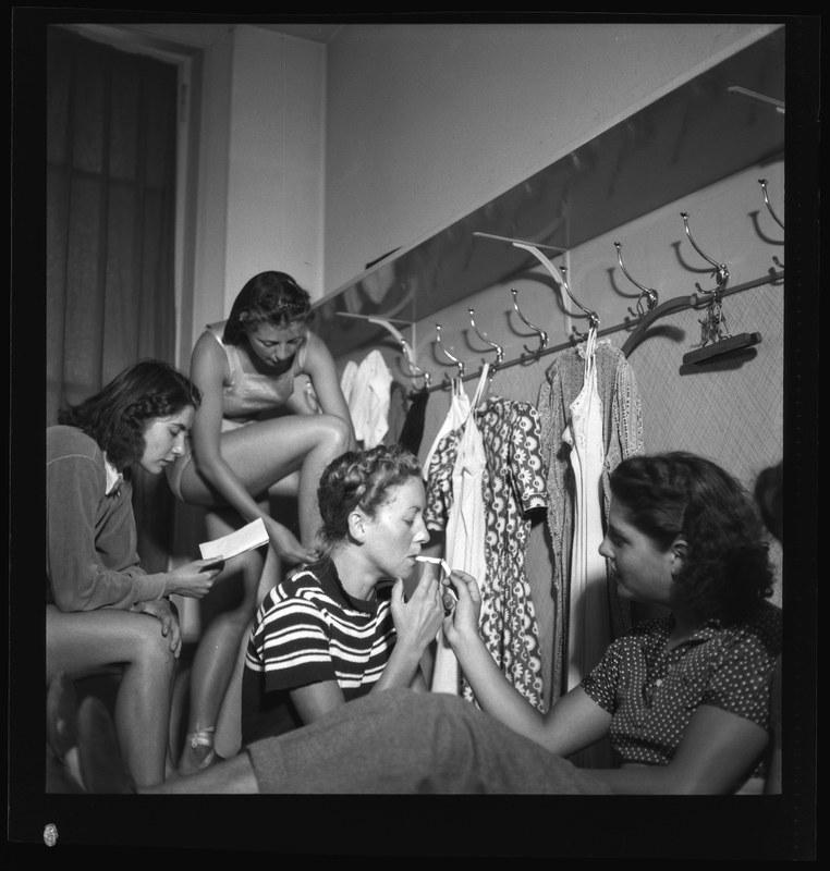 Saisonvorbereitungen am Stadttheater, 2. September 1942. N Eugen Thierstein 473/55. Vergrösserte Ansicht